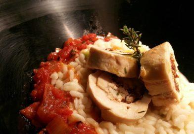 Filet de poulet farci à la feta, tomates séchées et sirop de caroube, accompagné de sa sauce tomate fraîche, Risotto aux légumes