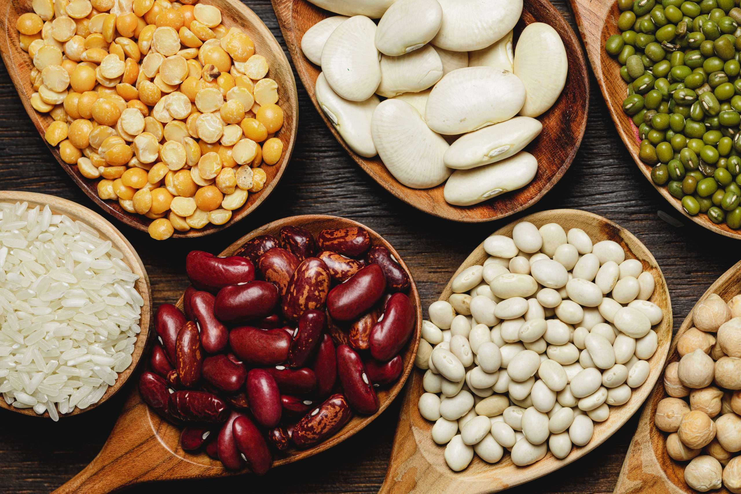 legumes secs dans les garndes cuilleres en bois