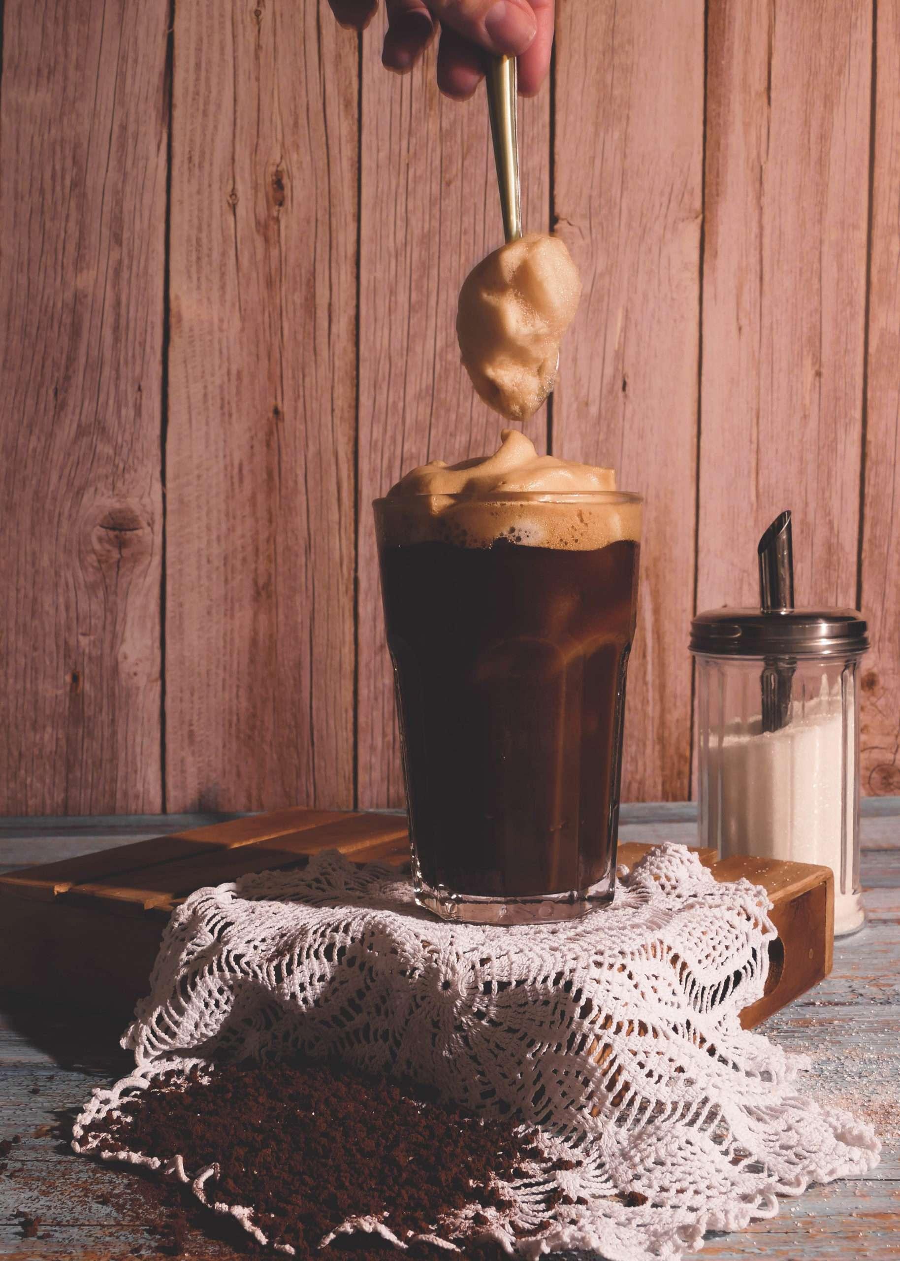 un verre avec du café frappé