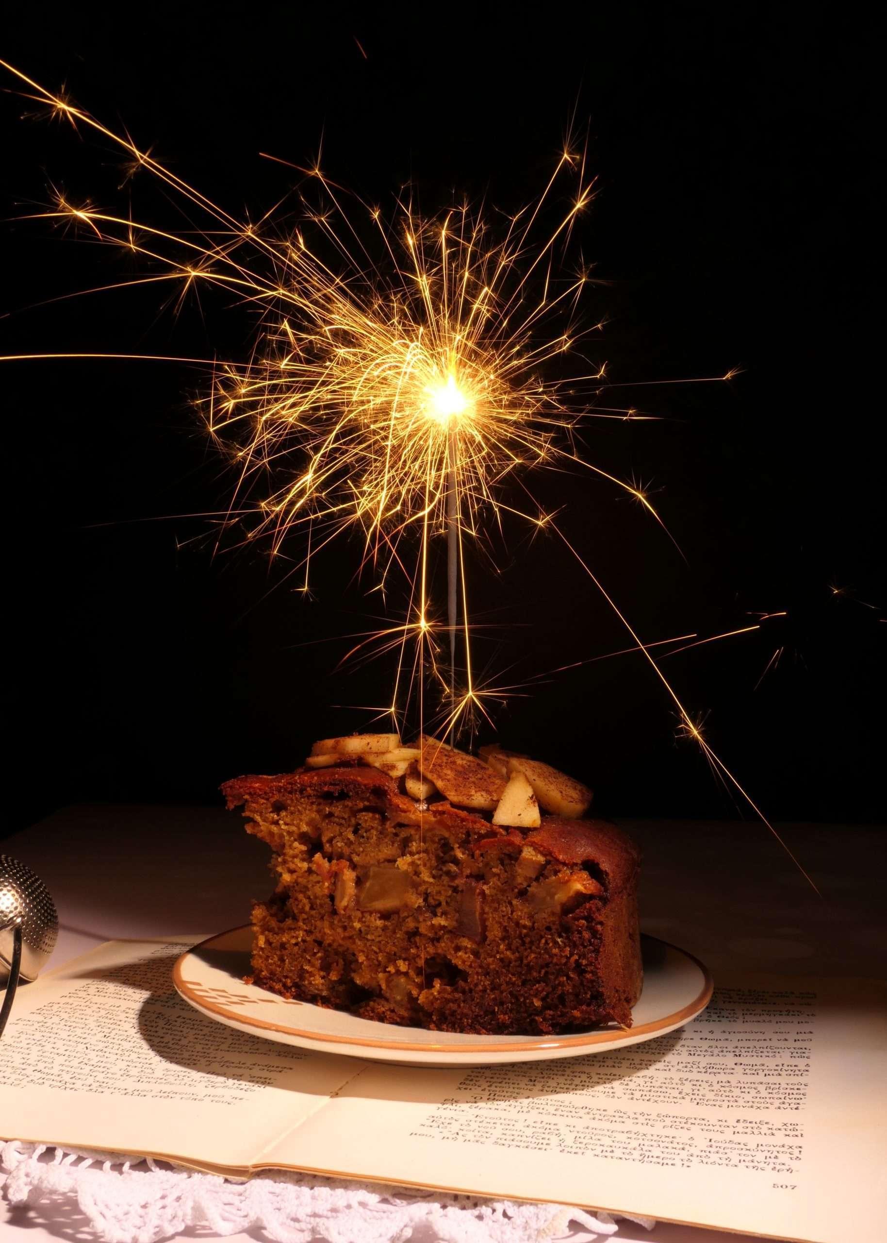 une assiette avec un morceau du cake aux pommes et un feu d'artifices
