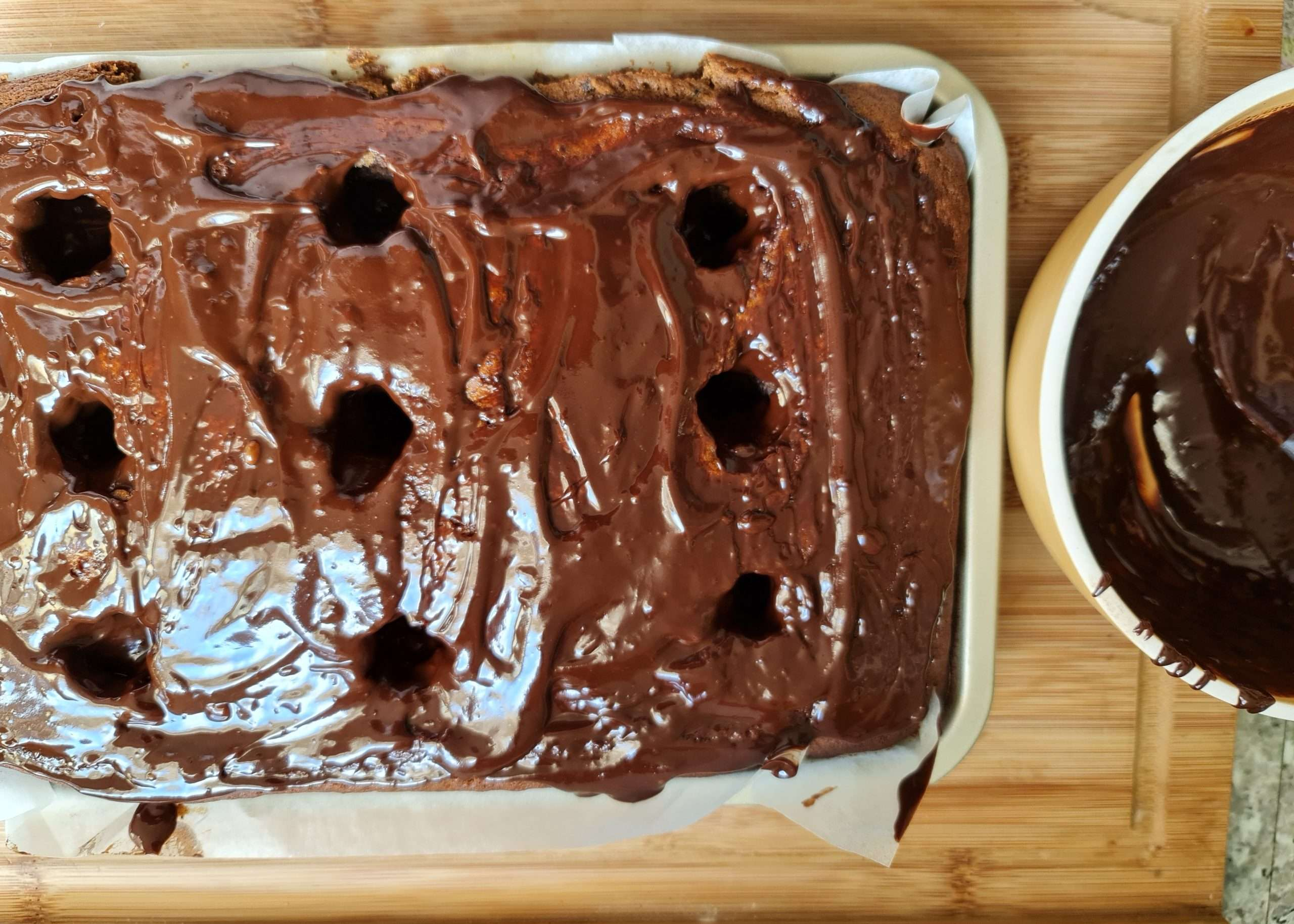 un plat à four avec un cake à la caroube