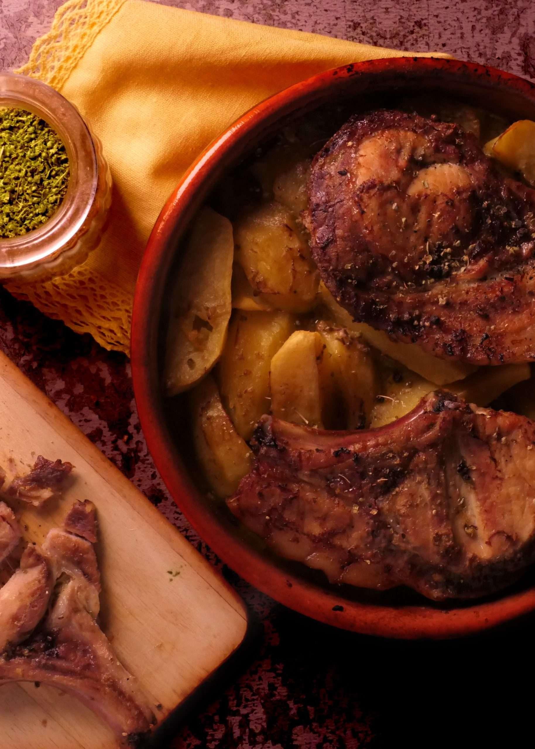 côtes de porc au four avec des pommes de terre