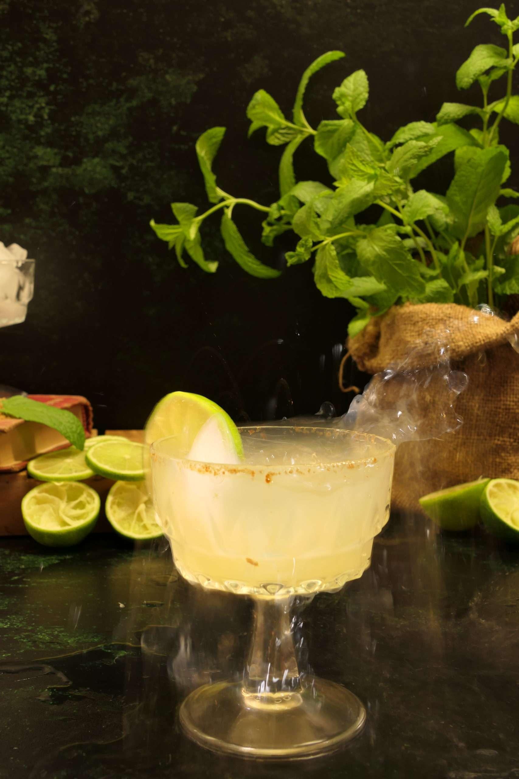 verre de cocktail avec de raki et lime