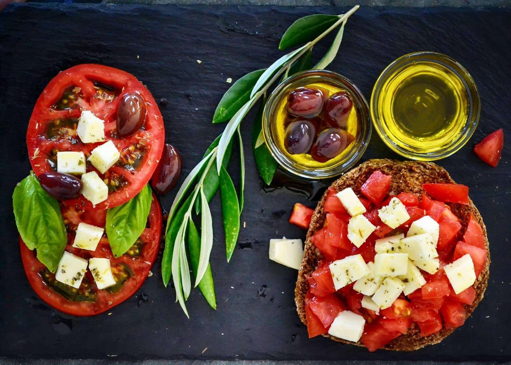 dakos avec tomates, huile do'liv et feta