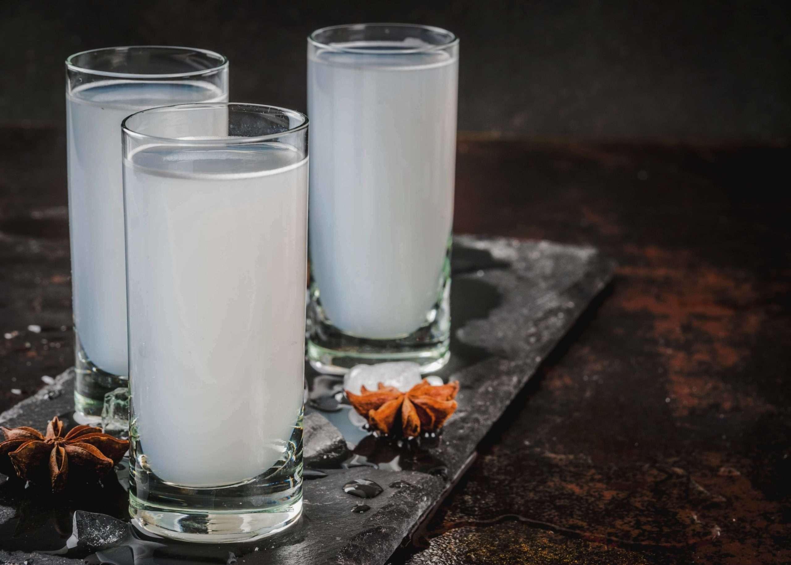 deux verres avec du ouzo grec et d'eau